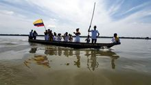 Un grupo de baile recibe turista este jueves, en la ciénaga de Santa Marta (Colombia), este jueves. La ciénaga de Santa Marta en Colombia es una extensión de manglar llena de aves y peces que hacen del espacio un remanso de paz difícil de olvidar y que paradójicamente ha quedado al margen de las grandes rutas turísticas que atraviesan la región caribe. De origen geológico, es parte del río magdalena, el más grande de Colombia, y da sostenibilidad a mas de 300.000 personas por los servicios ecosistémicos que presta el manglar.