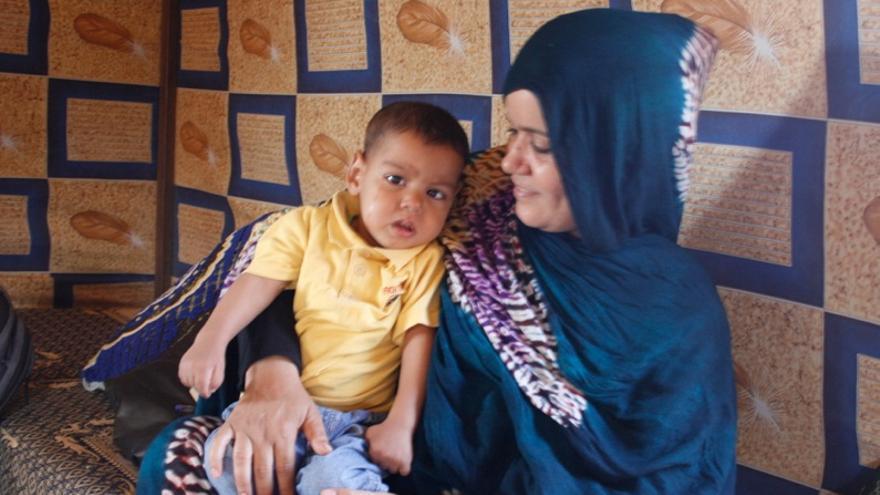 Cori, que necesita una operación para sobrevivir, con su madre