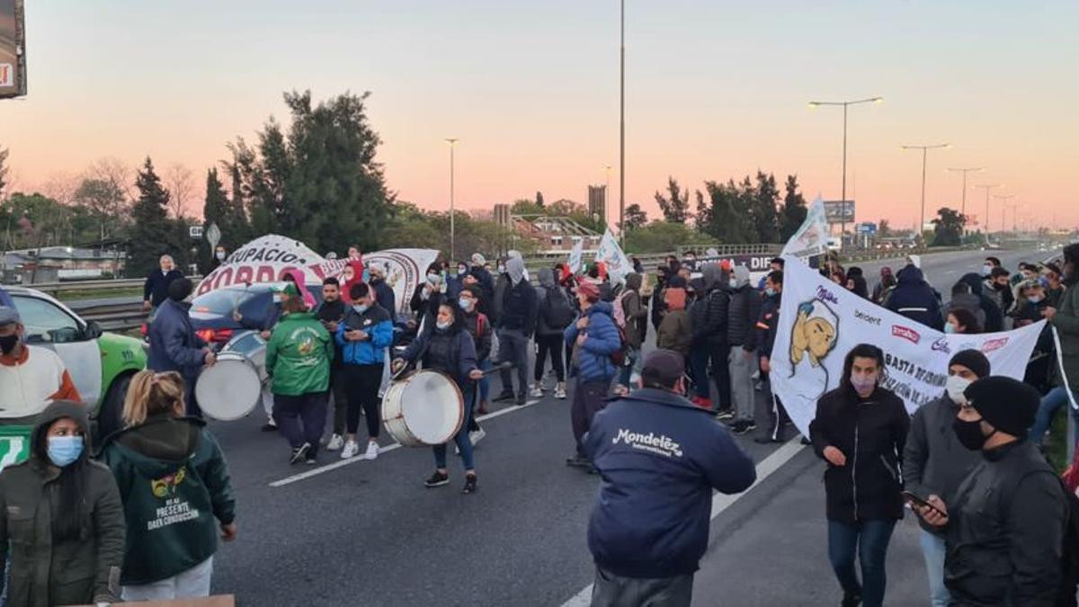 Protesta de trabajadores de Mondelez en la autopista Panamericana.