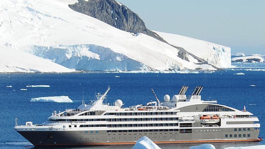 Un crucero pasa entre los hielos antárticos. Shoichi Iwashita