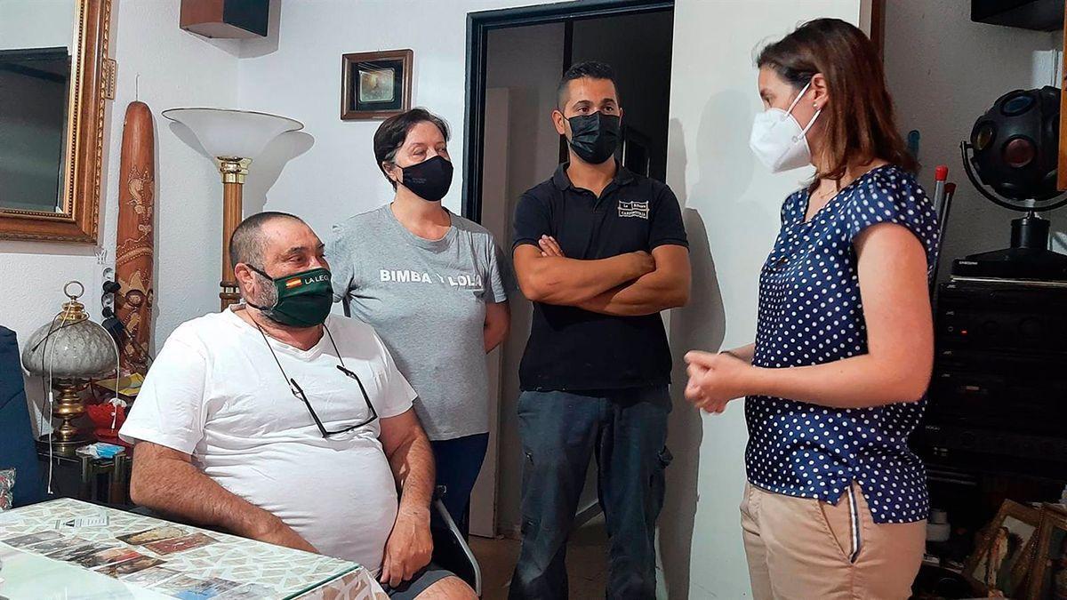 Los vecinos sin accesibilidad en su edificio hablan con Casanueva.