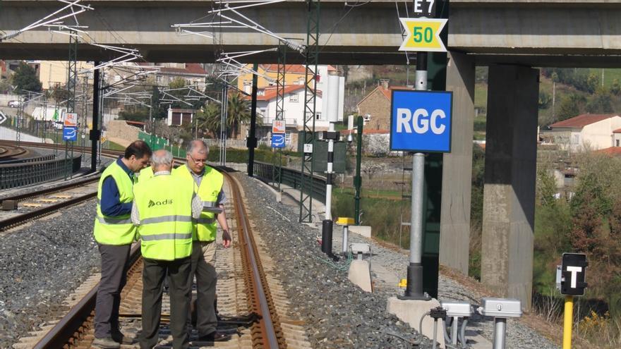 Peritos judiciales inspeccionando las vías en la curva de Angrois