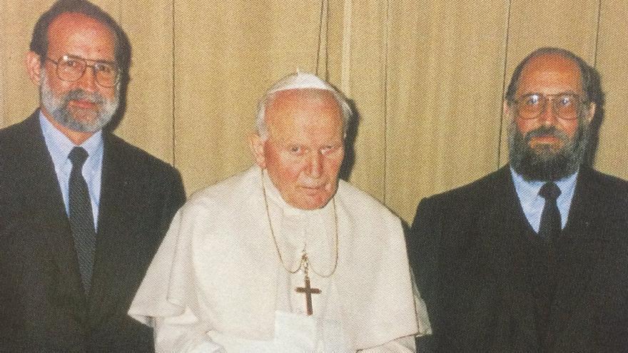 El papa Juan Pablo II junto a el número dos de la secta católica El Sodalicio de Vida Cristiana Germán Doig(izquierda), que murió en 2001, y Luis Fernando Figari // Fotografía: Sodalitium