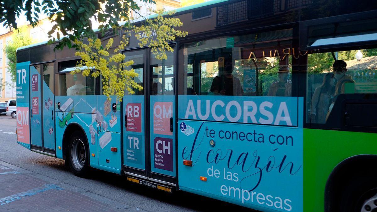 Publicidad en un bus de Aucorsa sobre las líneas hacia los polígonos de Córdoba.