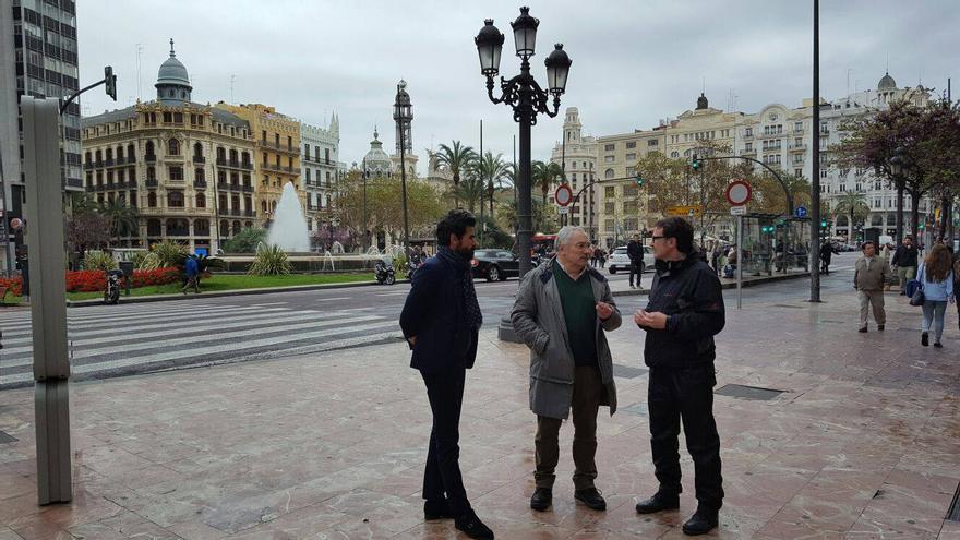 Cesar Mosqueda y Giuseppe Grezzi en la plaza del Ayuntamiento