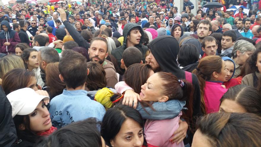 Dos antitaurinos se abrazan entre la multitud que intentó impedir el Toro de la Vega. | LARO GARCÍA