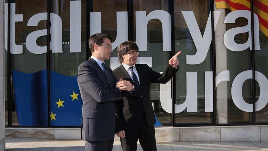 Altafaj, en la foto con Puigdemont, ha sido sustituido en la delegación ante la UE por Meritxell Serret