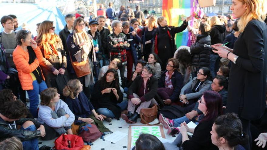 Varias mujeres asisten a una asamblea no-mixta de la comisión de feminismos del movimiento Nuit Debout el domingo 10 de abril en la plaza de la République. Foto: Luna Gámez