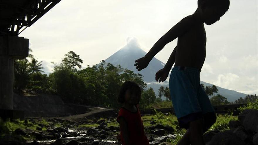 Expertos alertan del peligro del volcán filipino donde murieron 5 personas