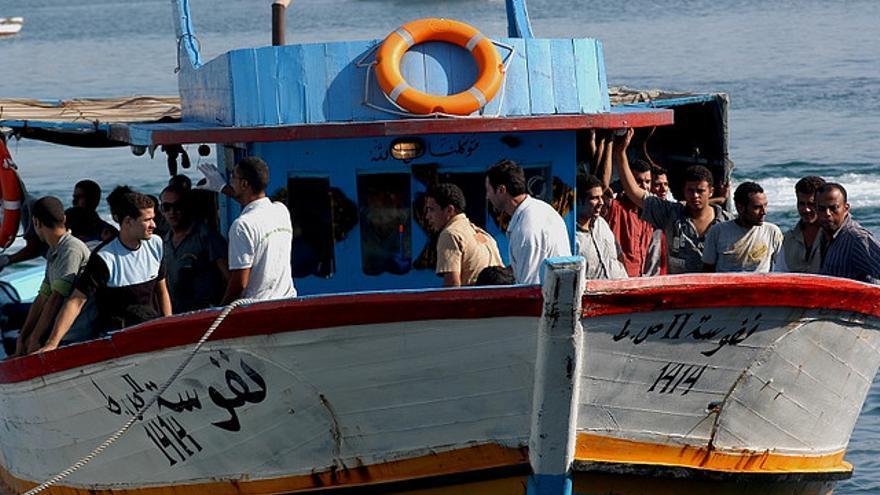 Una barcaza transporta a varios inmigrantes en los alrededores de Lampedusa/ Imagen: Noborder network, Flickr