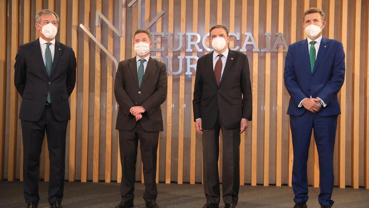 El presidente de Eurocaja, el presidente regional, el ministro de Agricultura y el director general de Eurocaja Rural, Víctor Manuel Martín -