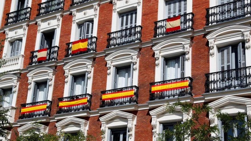 El PP de Madrid lanza una campaña para poner banderas en los balcones el 12-O