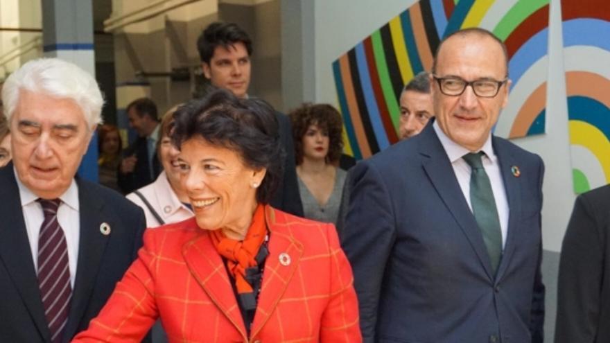 Isabel Celáa conoce las iniciativas del IES Avempace en materia de ODS.