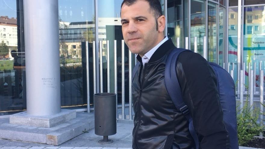 Oscar Rodríguez, tras la entrevista, en Vitoria.