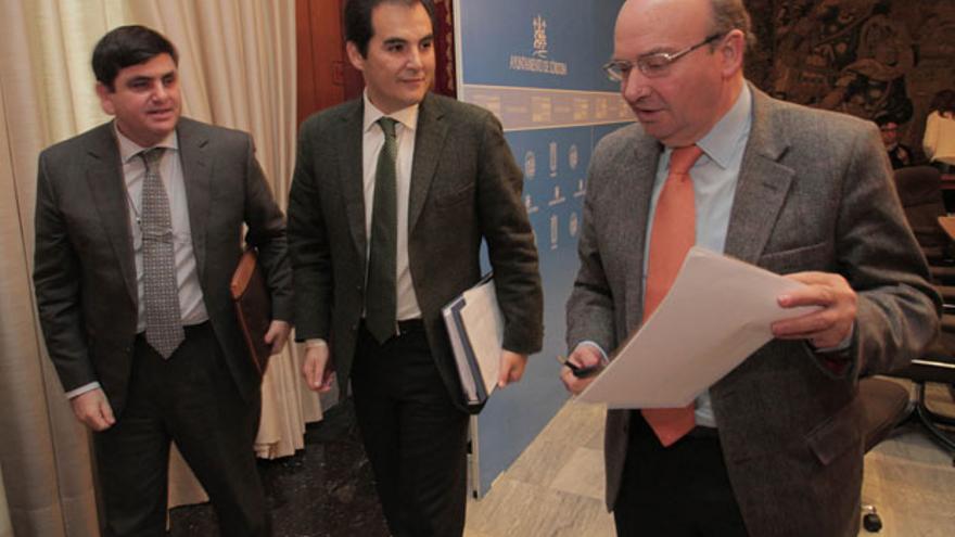 El gerente, el alcalde y el presidente de la Gerencia, durante la despedida del primero.