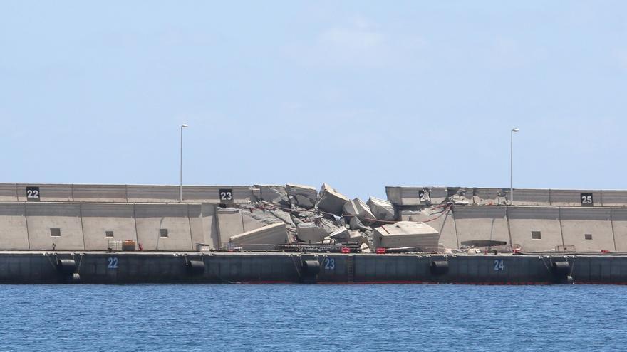 Destrozos en el Muelle de La Esfinge. (Alejandro Ramos)