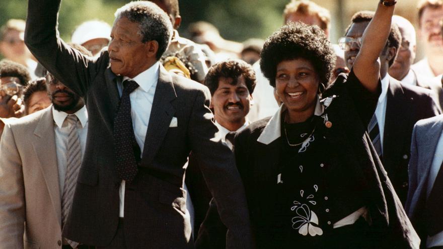 Mandela sale de prisión, acompañado de su esposa Winnie, el 11 de febrero de 1990 / Foto: AP