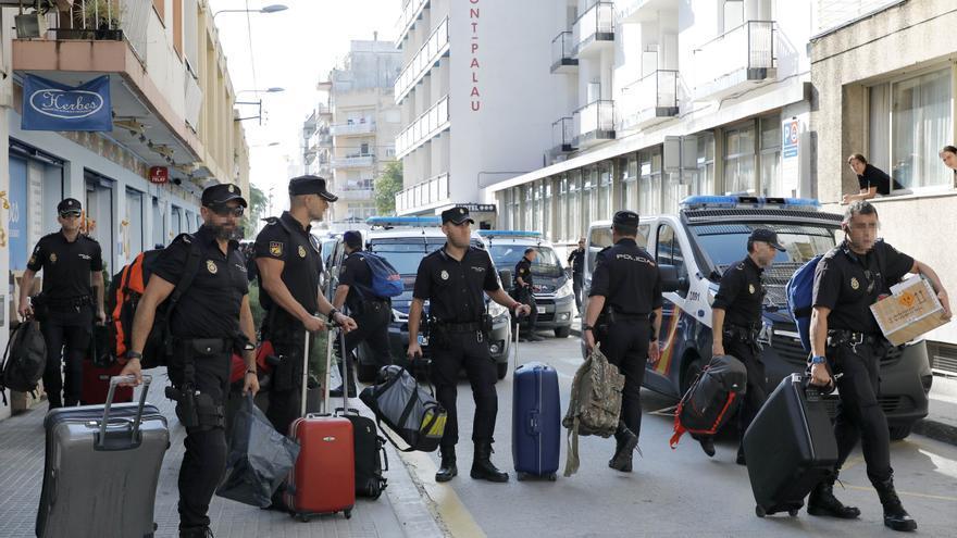 Un grupo de policías abandona un hotel de Pineda del Mar, Barcelona, el 5 de octubre de 2017 tras varios días de manifestaciones contra su presencia en Cataluña.