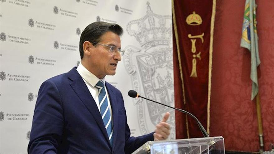 Luis Salvador ha sido acusado por los socialistas de impedirles el acceso a documentos oficiales