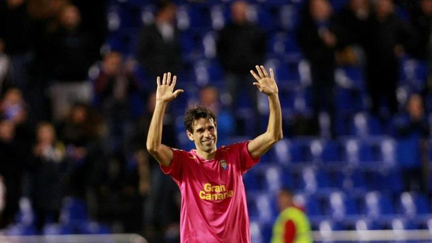 El jugador del UD Las Palmas Juan Carlos Valerón saluda a los aficionados, durante el partido de Liga en Primera División ante el Deportivo de La Coruña disputado en el estadio de Riazor. EFE/Cabalar Crédito: EFE