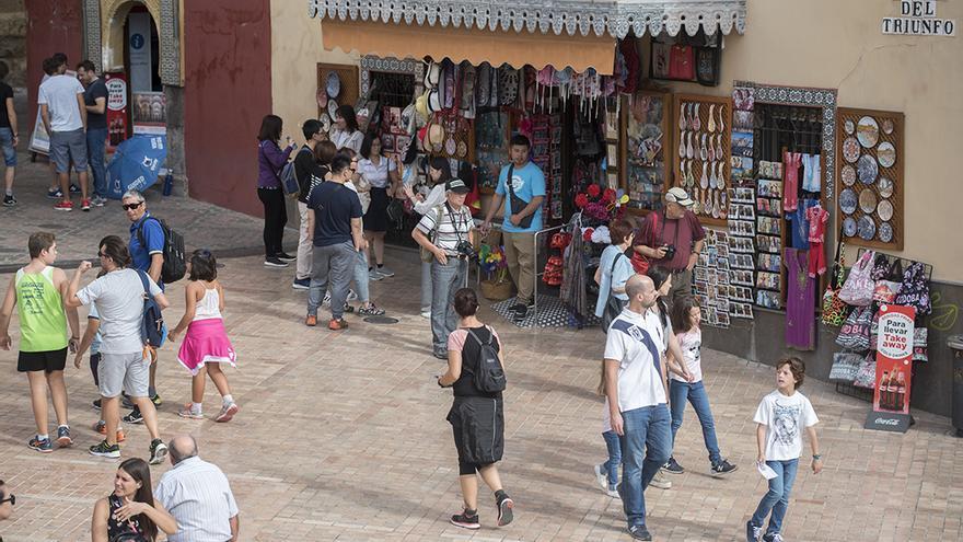 Turistas en la Puerta del Puente | TONI BLANCO