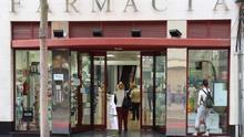 Varias personas acuden a una farmacia de Las Palmas de Gran Canaria tras las restricciones de movilidad por el coronavirus. EFE/ Elvira Urquijo A.