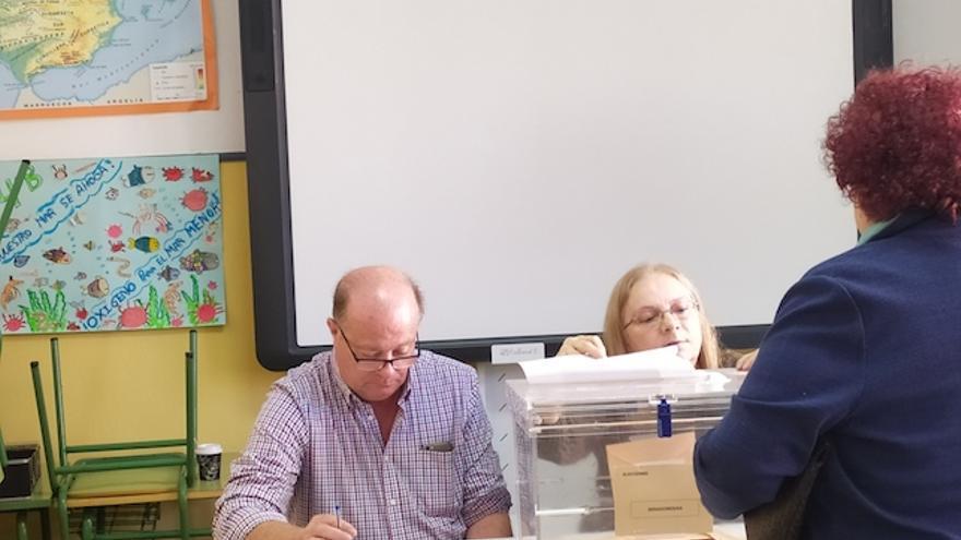 Afluencia de votantes a cuenta gotas en el colegio electoral de Lo Pagán