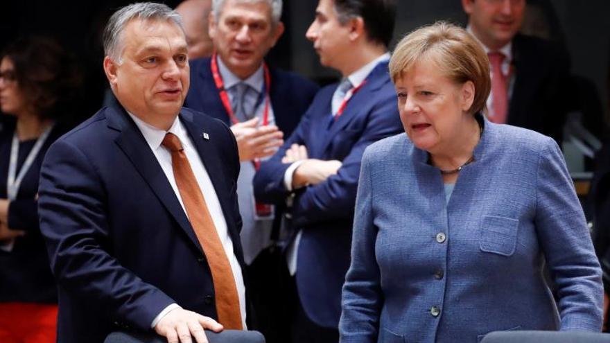La canciller alemana, Angela Merkel (d), conversa con el primer ministro húngaro, Victor Orban (i).