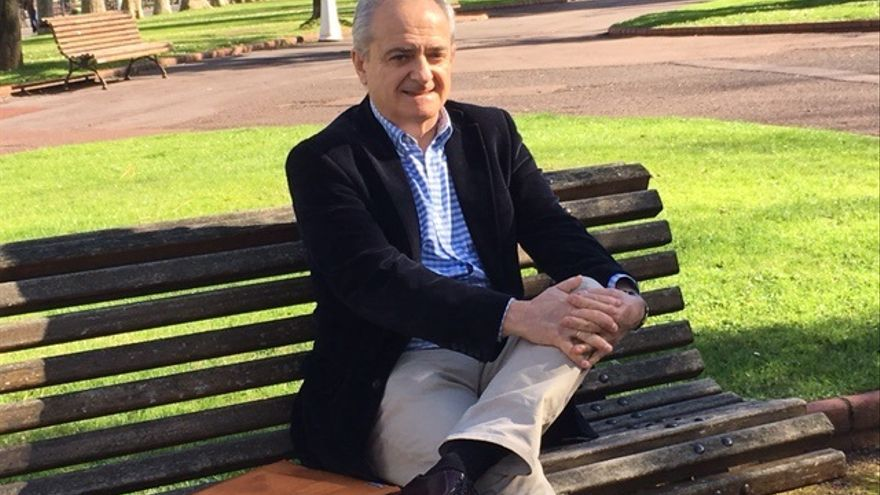 Gonzalo Larruzea posa para la entrevista en un parque de Bilbao