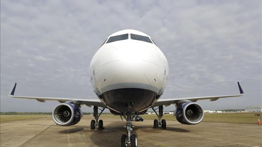 Un avión en pista.