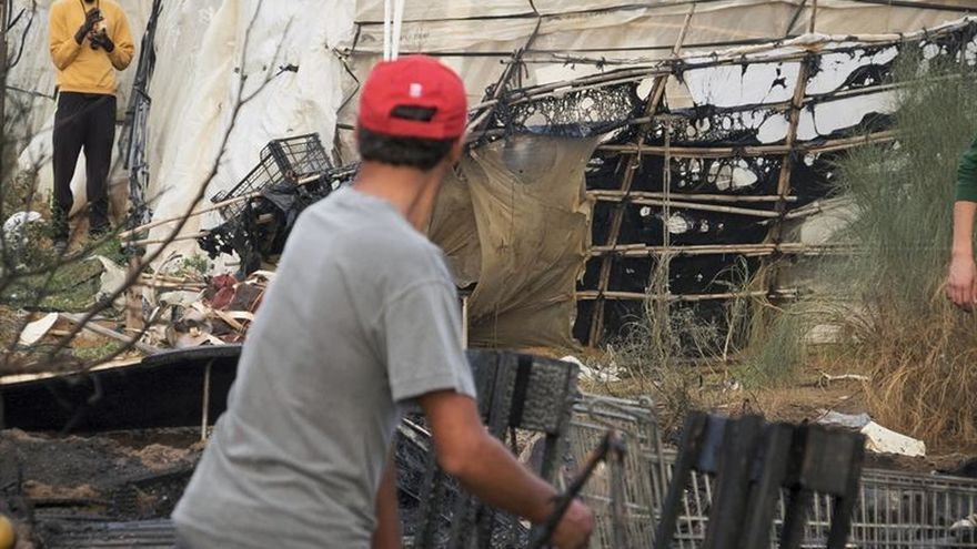 Un dispositivo solidario atiende a los inmigrantes afectados por el incendio en Lepe