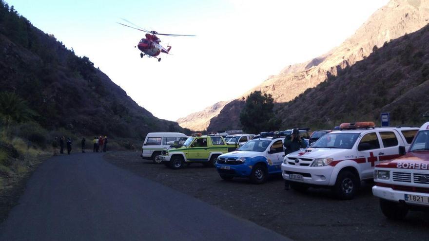 En la imagen, el helicóptero de GES y demás medios que participan en el dispositivo de búsqueda, en la zona de aparcamientos del Barranco de Las Angustias.
