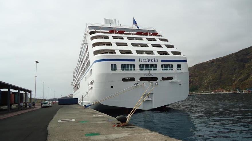 El crucero Insignia, este jueve, en el puerto de Sant Cruz de La Palma.
