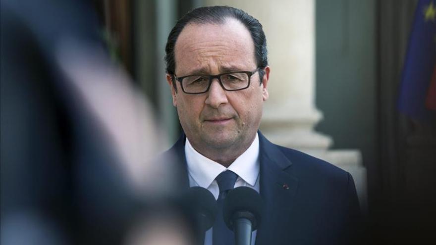 Hollande llega a Cuba en visita oficial, la primera de un presidente francés