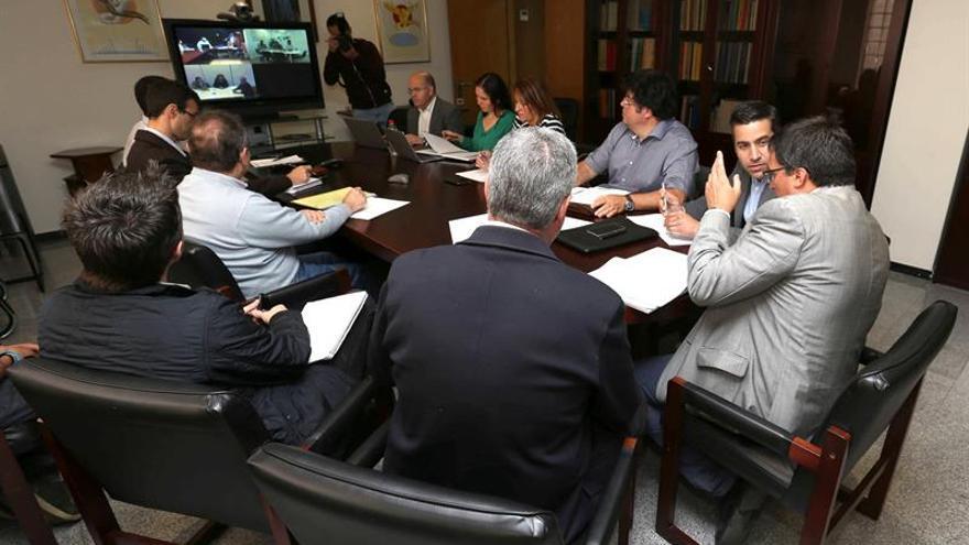 El viceconsejero de Industria, Comercio y Energía del Gobierno de Canarias, Adrián Mendoza (d), preside la primera reunión sobre geotermia