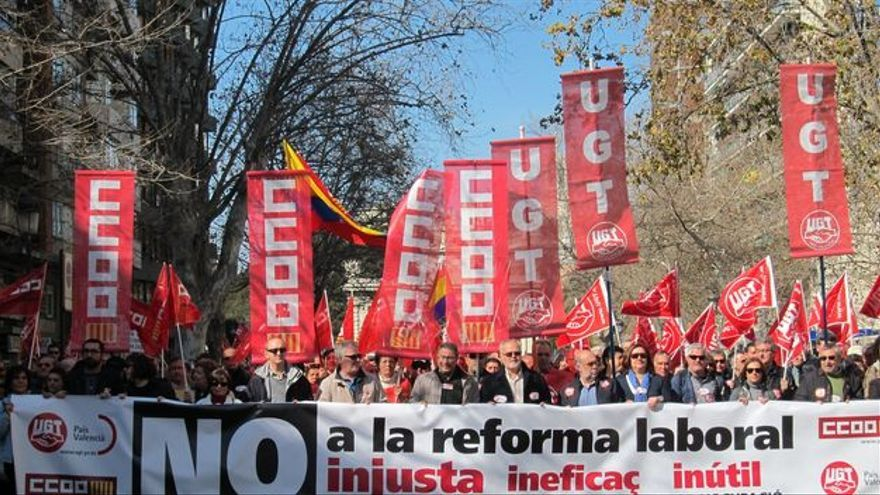 Imagen de una manifestación encabezada por los dos sindicatos mayoritarios. EFE