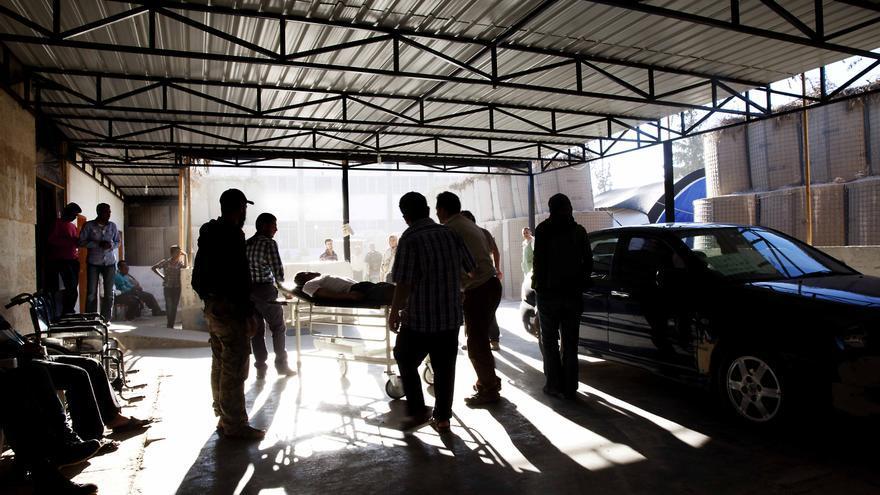 """Hospital de Médicos Sin Fronteras en la provincia siria de Alepo. """"Lanzaron misiles y la casa quedó totalmente destruida. Mataron a cuatro de mis hijos"""", dice una mujer que fue hospitalizada aquí en abril. Historias como ésta se repiten en el norte de Siria. Fotografía: Anna Surinyach /MSF"""