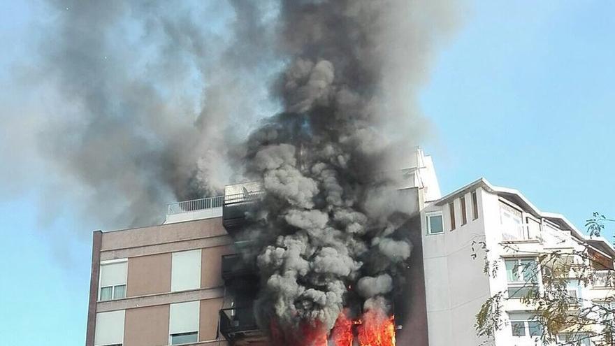 Imagen del incendio que ha afectado varios pisos de un edificio de Barcelona