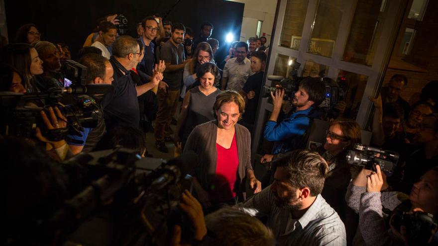 Ada Colau sale seguida de sus compañeros de candidatura tras conocerse su victoria / ENRIC CATALÀ