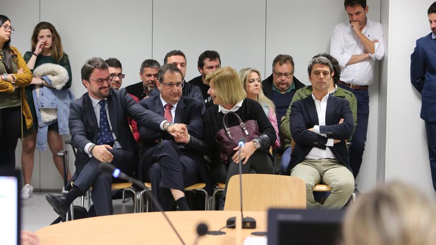 Asier Antona saluda a Ana Guerra después de su declaración. A su derecha, Hernández Bento. (ALEJANDRO RAMOS)