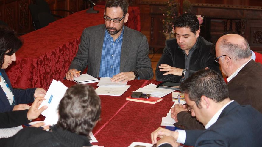 Una de las mesas de trabajo de la Eurociudad presidida por los alcaldes de los municipios.