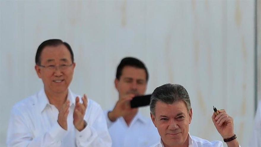 """Santos da la """"bienvenida"""" a la democracia a las FARC"""