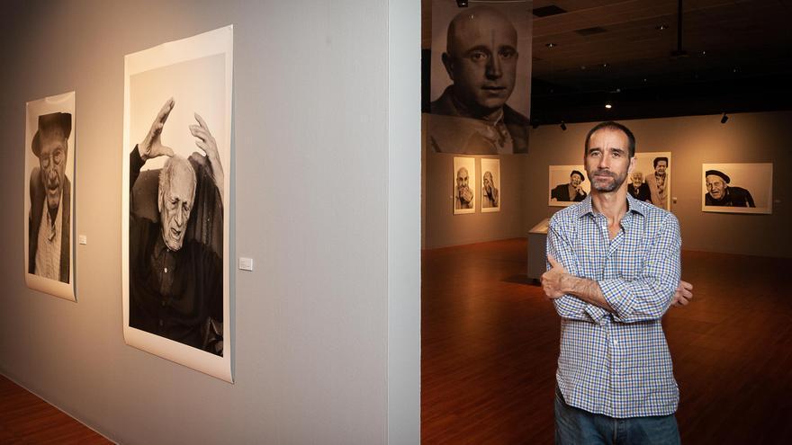 Luis Areñas, en la inauguración de la exposición 'Los últimos'.