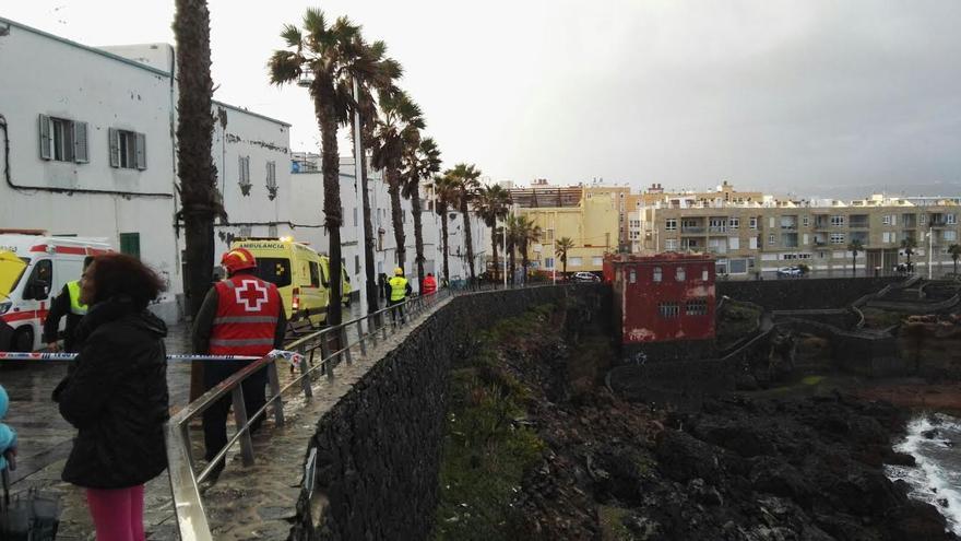 Efectivos de emergencia actúan en el derrumbe de La Isleta.