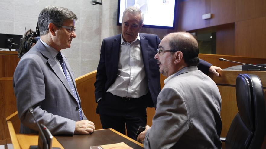 Javier Sada (centro) habla con Vicente Guillén y el presidente de Aragón, Javier Lambán.