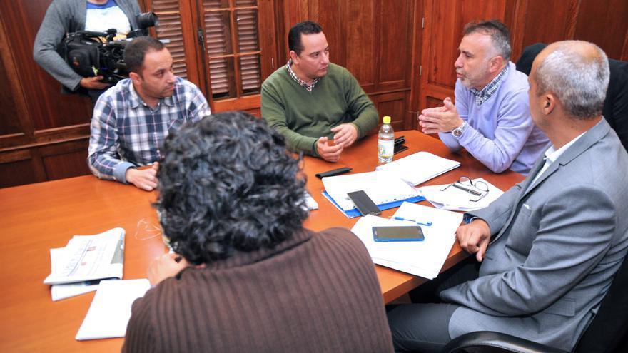 El consejero de Obras Públicas, Ángel Víctor Torres se reúne con el alcalde de Moya, Hipólito Suárez.