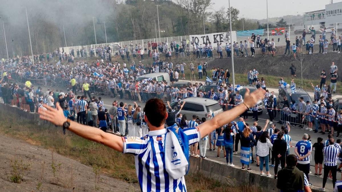 Centenares de aficionados, en Zubieta, antes de la salida de la Real Sociedad
