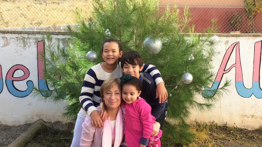 Marivi Elena, la profesora, junto a sus tres alumnos/as: María Pilar, David y Khadija