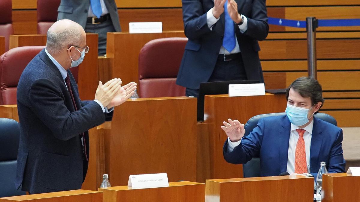 Mañueco aplaudido por Igea y procuradores del PP en las Cortes.