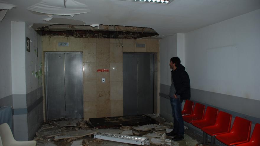 Techo parcialmente desplomado en una planta del antiguo Materno Infantil